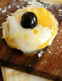 Queso Brie Con Huevo De Codorniz
