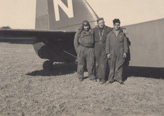 Mohammed Belaidi, primero de la derecha, junto a los miembros de la tripulación delPotez 540 N en el que encontró la muerte. Fuente: Guerre d' Espagne