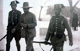 El asesino del tricornio. La interminable represión fascista en Extremadura. .Detenci%C3%B3n+de+un+campesino+republicano+extreme%C3%B1o+por+fuerzas+de+la+Guardia+Civil.+Todos+los+rostros