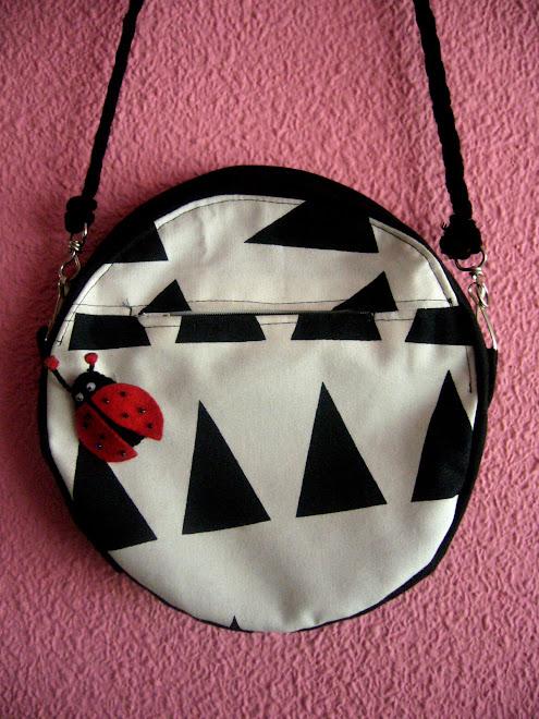 detalle bolso redondo con mariquita