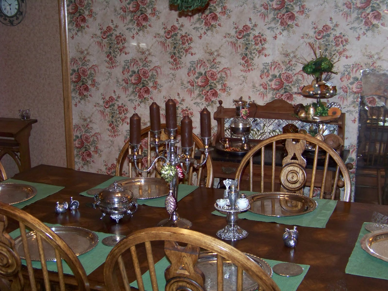 We eat in this room every day. So I just leave the table set like this -3.bp.blogspot.com