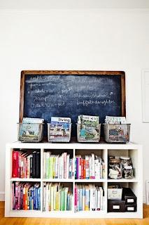 comoda libreria cestas y pizarra