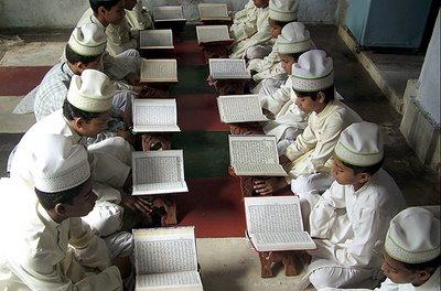 [Jóvenes+leyendo+el+Corán+en+una+madrasa+o+escuela+religiosa,+Mathura,+India,+K.+K.+Arora,+Reuters.jpe]