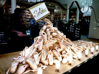 パリのレペットの pointe shoesディスプレイ。