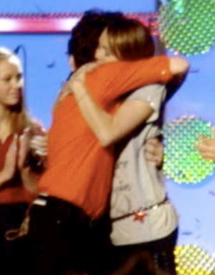 ♥♥Historia de amor entre Nick y Tù♥♥Capitùlo 4:La llegada de Miley Miley-cyrus-nick-jonas-hug