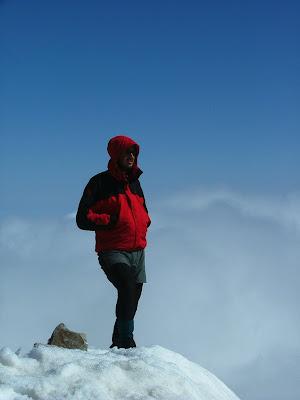 Foto de Edu Castellarnau en la cima de una montaña