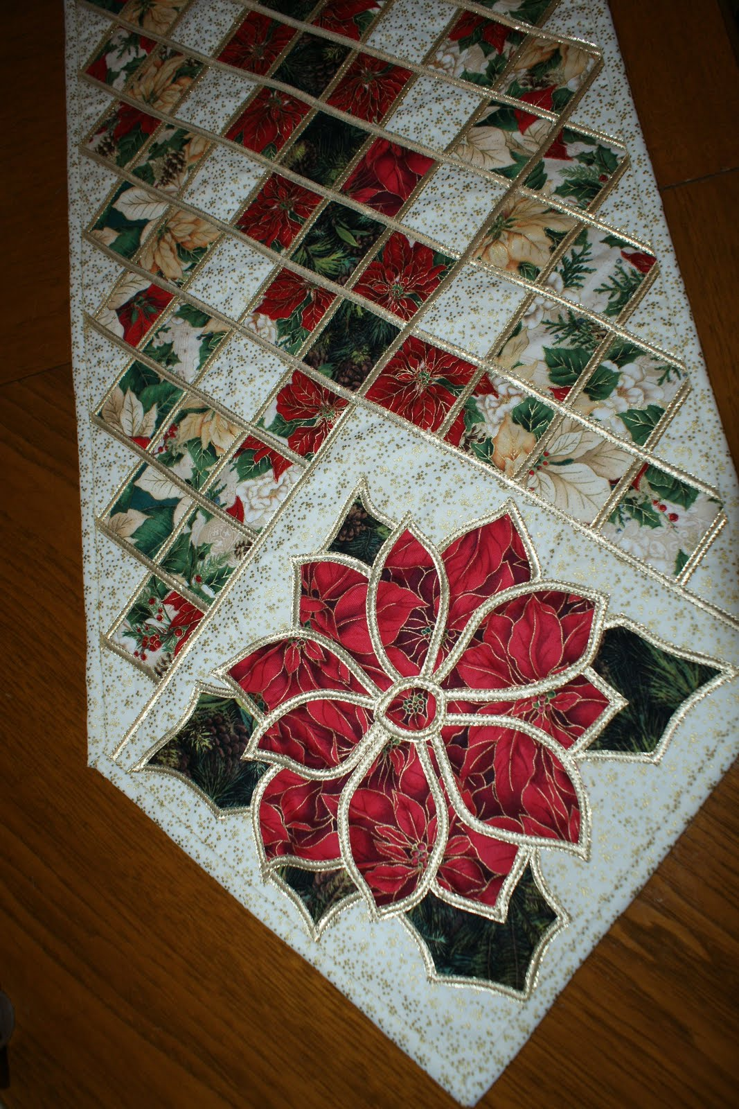 Free Christmas Sewing Projects http://dlakeqh.blogspot.com/2010/10/christmas-tree-skirt-etc.html