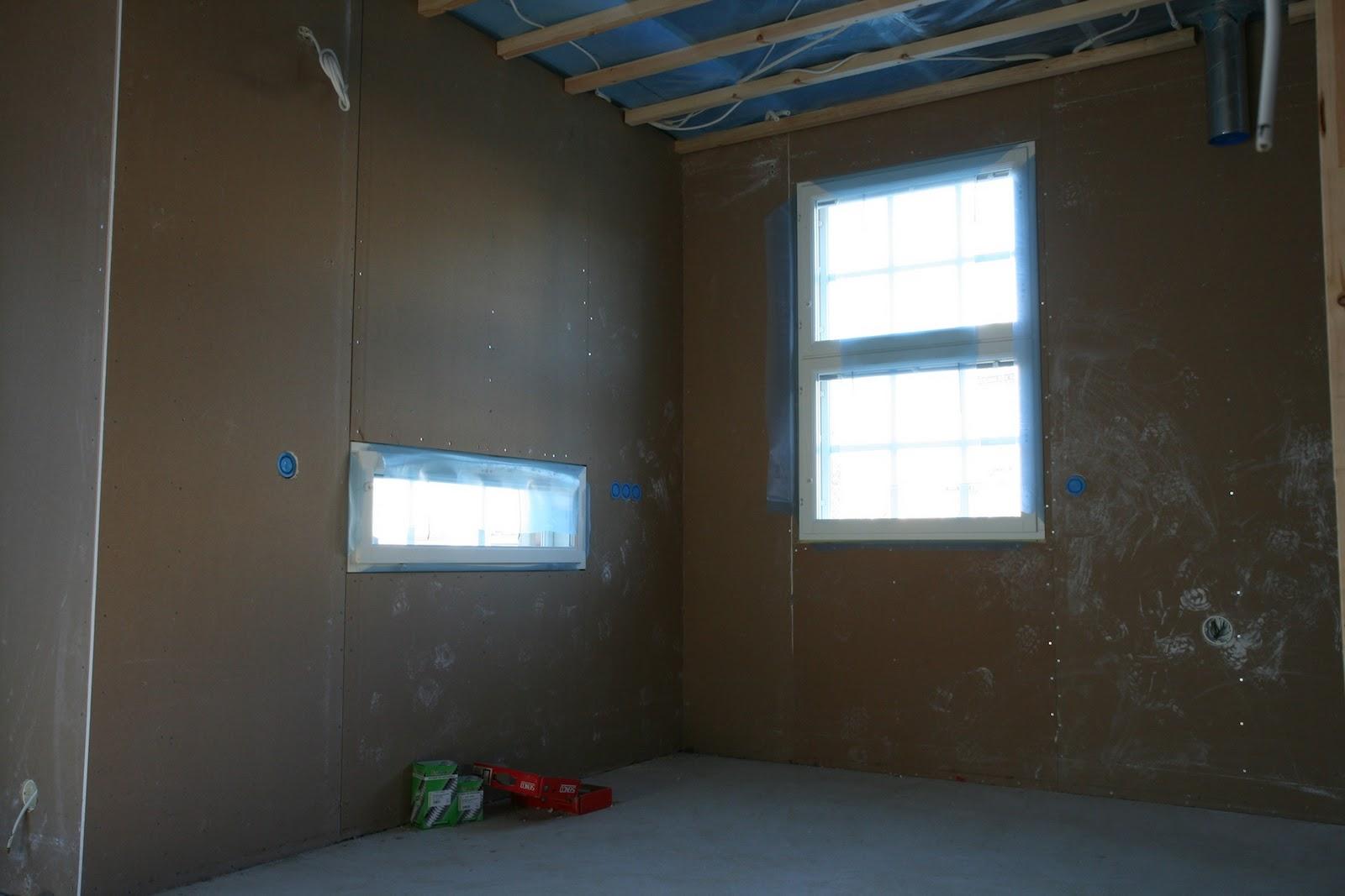 Ikkuna väärällä korkeudella  Kotilomme