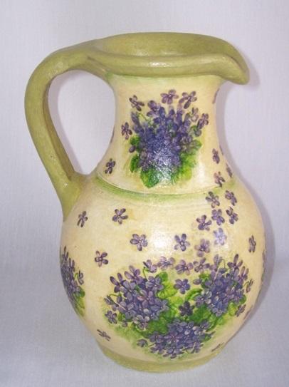 Decoupage con flores violetas sobre fondo amarillo