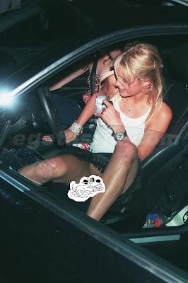 Paris Hilton enseña el chocho, conejo, concha,vagina,raja,sin bragas