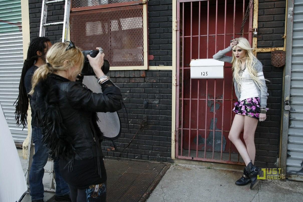 http://3.bp.blogspot.com/_rhocnAkIMVc/TFImQKQ6GUI/AAAAAAAABZw/pDTPgi_QMEo/s1600/taylor-momsen-material-girl-ads-17.jpg