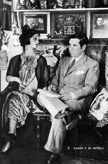 Ramón Gómez de la Serna dialogando con su maniquí femenino