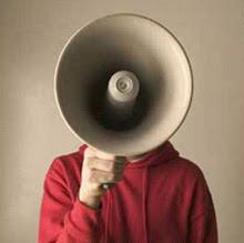 Hombre-megáfono predicando el Santo Evangelio de Internet
