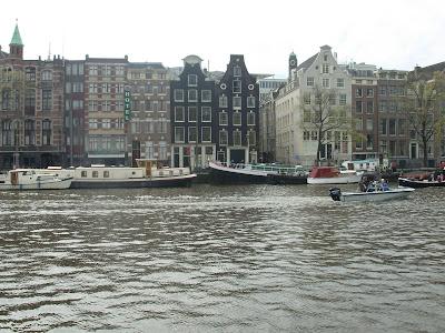 Casas junto a un canal en Amsterdam
