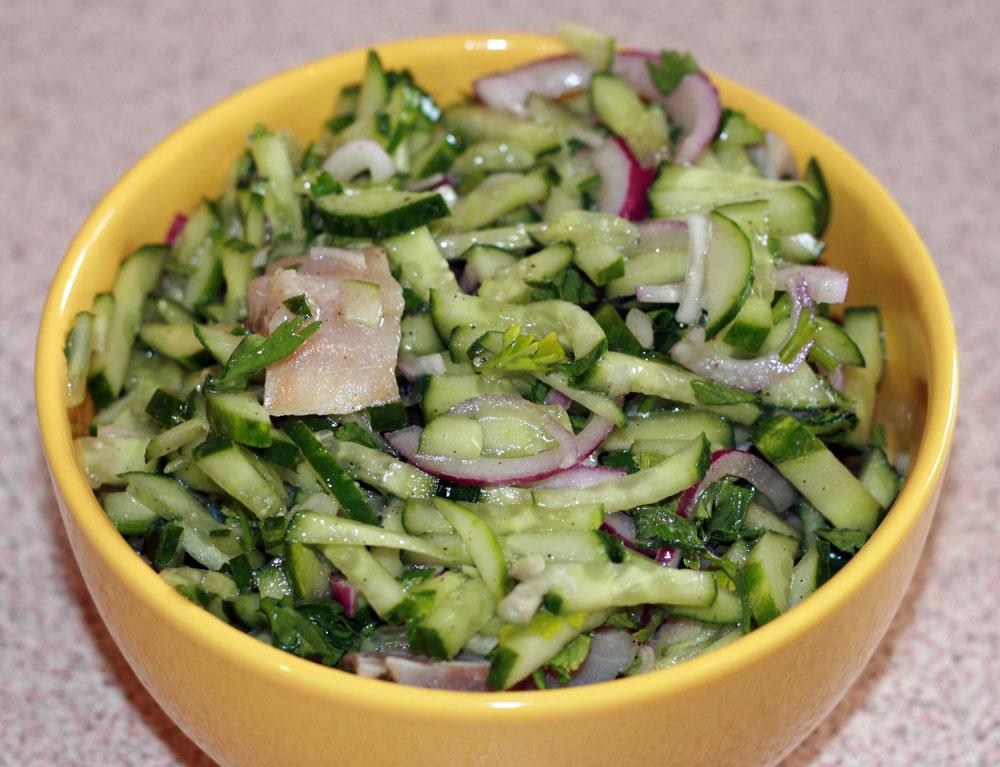 Салат из сельди с огурцом и луком.