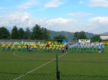 L'ingresso delle sue squadre.