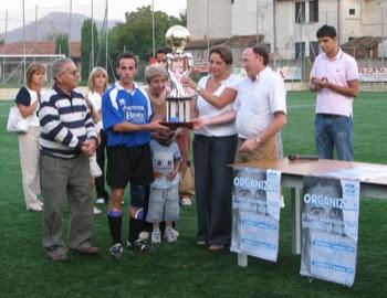 Lele Burbello ritira il trofeo.