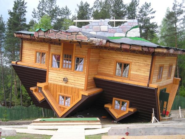 Biblioteczna europa dom do g ry nogami for Case di legno polonia