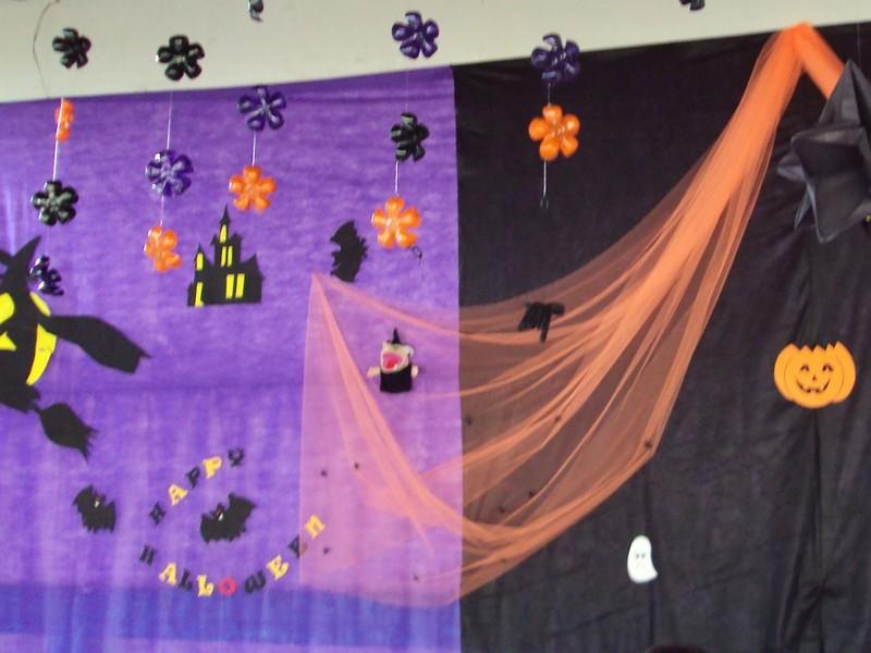 decoracao de halloween sala de aula:na festa de halloween cortina de flores corte o fundo das garrafas e