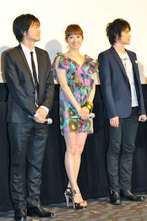 Yuki Akimoto no meio de duas pessoas que não consegui reconhecer. Um deles deve ser o diretor Hiroaki Matsuyama