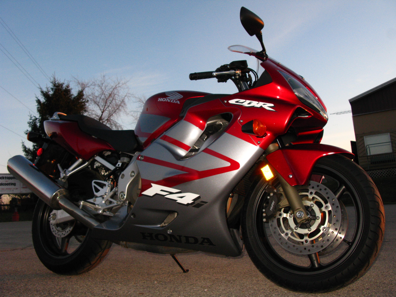 http://3.bp.blogspot.com/_rqqtSGINUiY/TPUnfsK2jxI/AAAAAAAAAFs/RRs3bd1FCzA/s1600/Sports+Bike+Hero+Honda+CBR+images.jpg