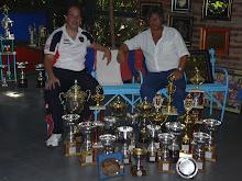 Almeyra y el dirigente Matas con los trofeos