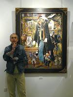 Alberto Gallo delante de una de sus obras, donde aparece autorretratado como marionetista