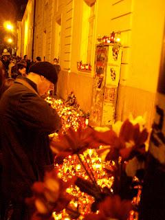 candles Poland Lech Kaczynski Warsaw Warszawa Mourners plane crash Poles Polish scouts funeral Presidential Palace Pilsudski prayer praying Krakowskie Przedmiescie Nowy Swiat