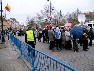 Poland President Lech Kaczynski mourning Kaczynscy Warsaw Warszawa Crowd Presidential Palace Krakowskie Przedmiescie lying in state funeral line queue Plac Zamkowy