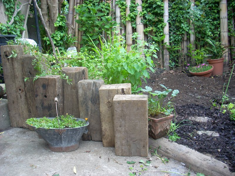 Design great pictures of landscaping design for retaining for Garden design using railway sleepers