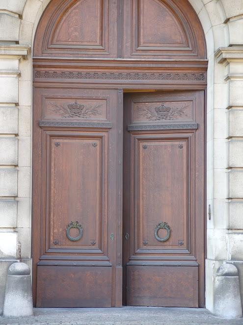 Une des nombreuses portes du palais royal