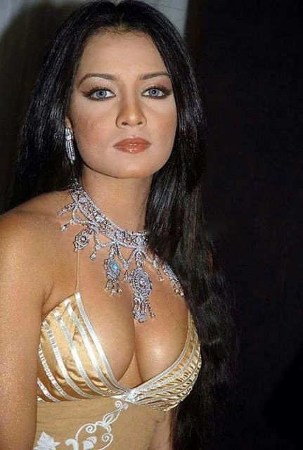 Great Actress in Bollywood: mallu aunty cleavage show