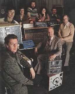 Desmond Briscoe, Dick Mills, Peter Howell, y otros miembros del Radiophonic Workshop en 1978