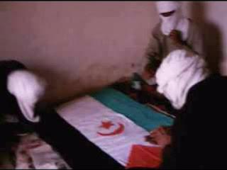 Tre militanti saharawi con una bandiera dello Stato del Sahara occidentale