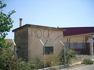 No cpt, scritto a spray su un muro di fronte all'ingresso del Sant'Anna