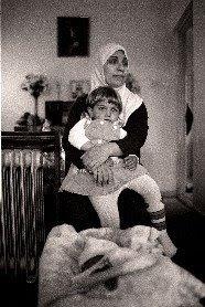 Donna irachena nella sua casa nella SBA di Larnaca, Elisabeth Cosimi