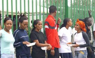 Donne eritree nel cortile del Cara di Cassibile. Finché non depositano la domanda d'asilo non possono uscire dal centro