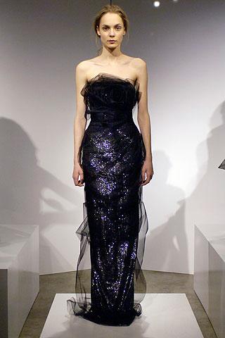 Некоторые платья обильно украшены нежными перьями, кристаллами или...