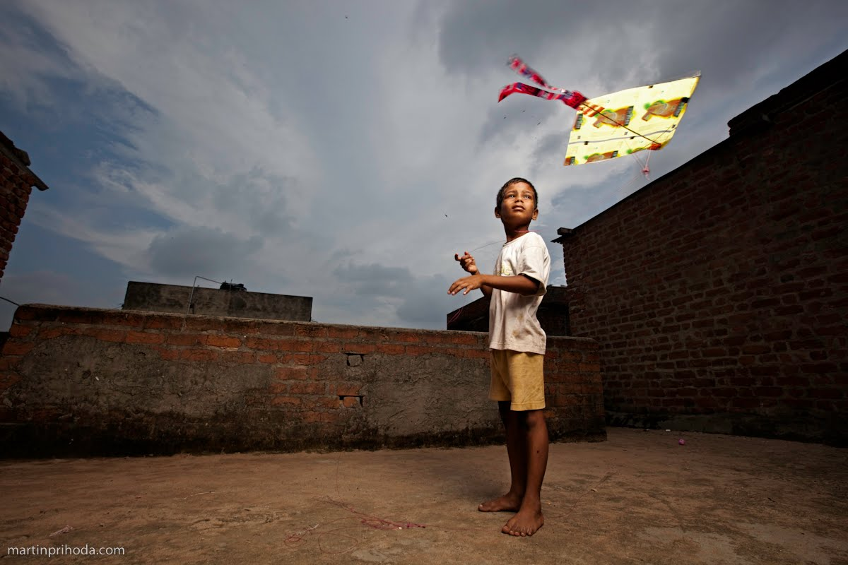 martin prihoda portraits of a slum martin s ngo work in gujurat the kite runner a young boy takes time to fly a kite while his classmates study in cramped quarters below