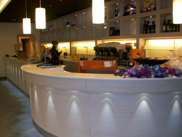 Corriere del web banconi bar ad arredamenti produce su for Arredamento bar moderno usato