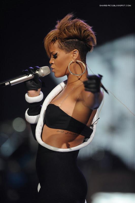 Rihanna performing at pepsi super bowl Fan Ja HQ wallpapers