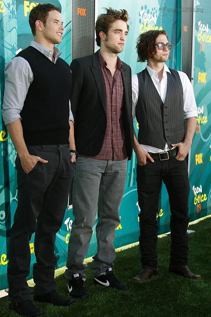 Teen Choice Awards y People's Choice Awards 2009 - Página 2 Gallery_enlarged-robert-pattinson-teen-choice-awards-8-2009-08102009-08