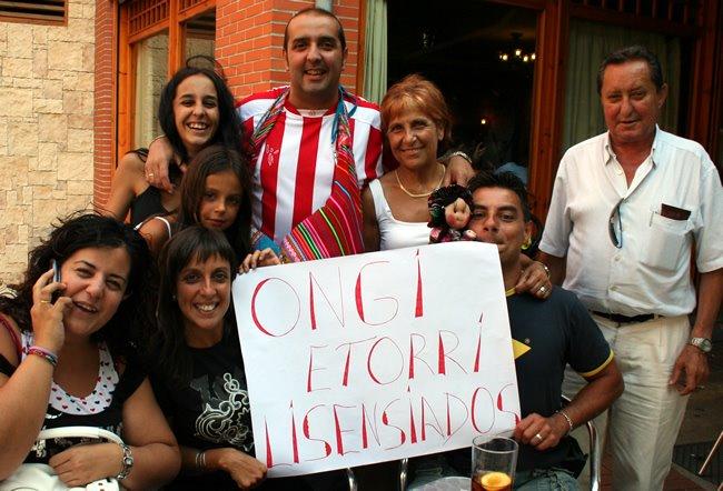la familia con pancarta de bienvenida incluida