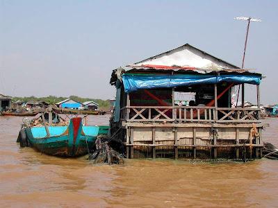 http://3.bp.blogspot.com/_sBx1I8XJ7uU/SmqUGCMKAvI/AAAAAAAABbY/JS65nUV24P8/s400/tonle-sap-cambodia-house-middle-lake.JPG