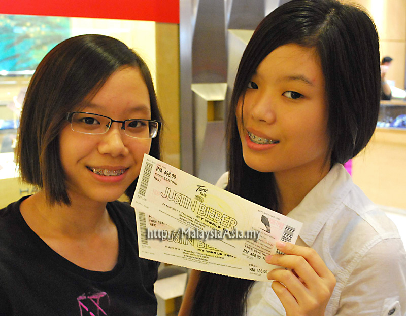 justin bieber in kl 2011. Two happy Bieber Fans holding