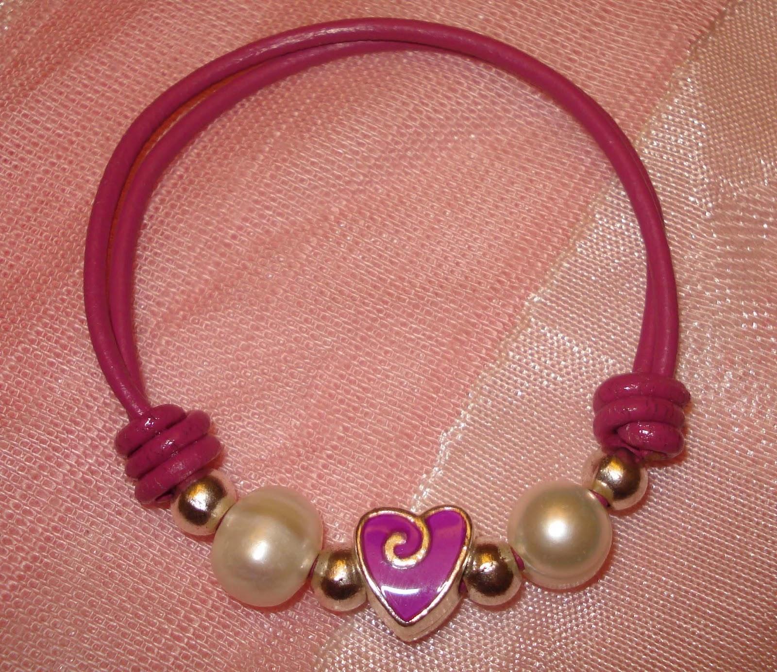 Pulsera realizada en cuero, perlas de río y piezas Zamak
