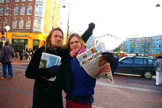 ダッペル市場で新聞を配っていた共産主義者
