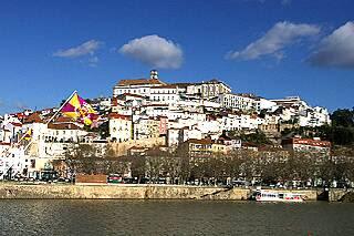 モンデゴ川から望む旧市街の丘
