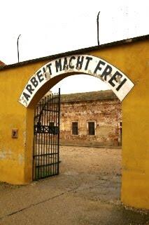 テレジーン強制収容所のArbeit Macht Freiの標語