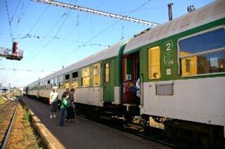 ジフラバ駅で代行バスから列車に乗り換える